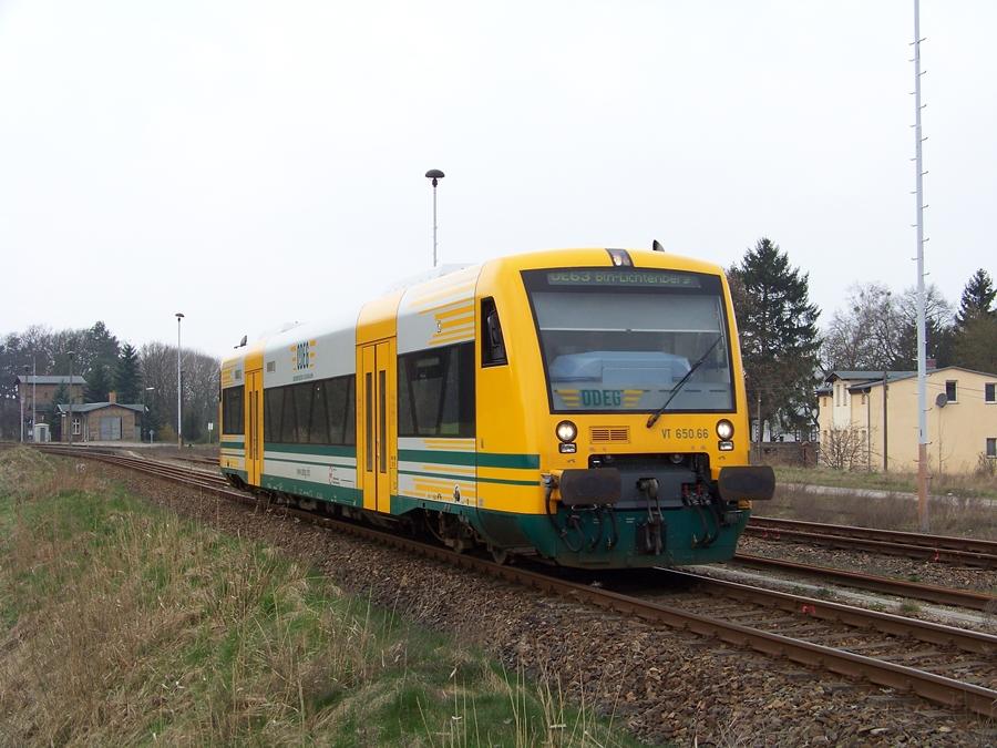 VT 650.66 der ODEG verlässt den Bahnhof Althüttendorf