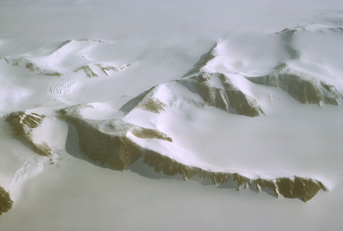 vue d'avion du continent antarctique