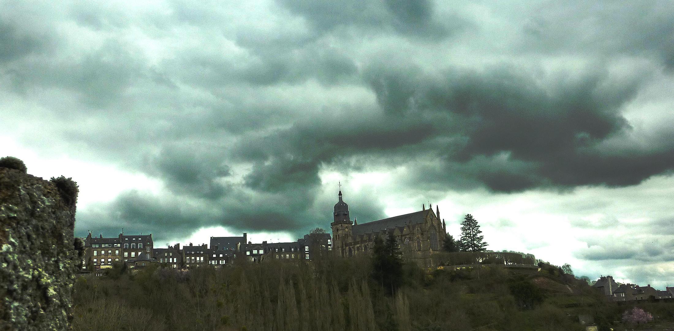 vue du chateau vers le haut de Fougère