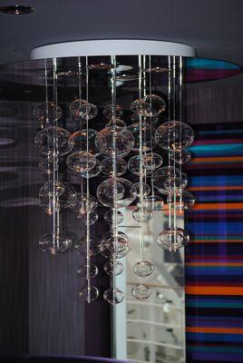 vue sur le luminaire d'un salon du splendida !