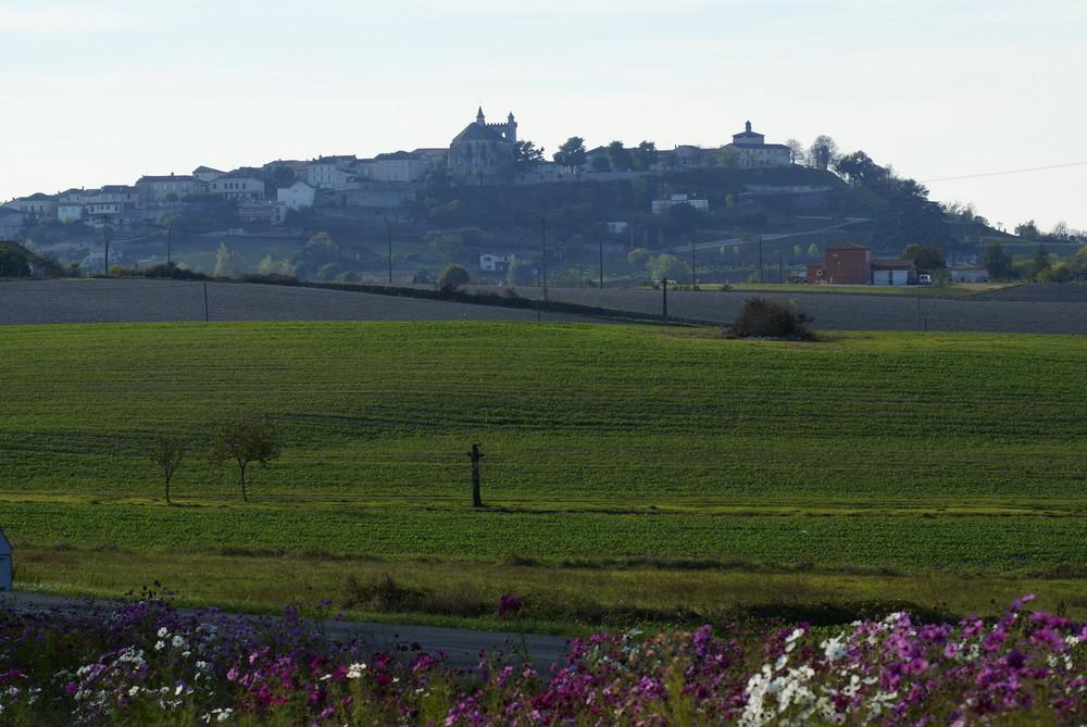 vue sur monflaquin petit village médiéval