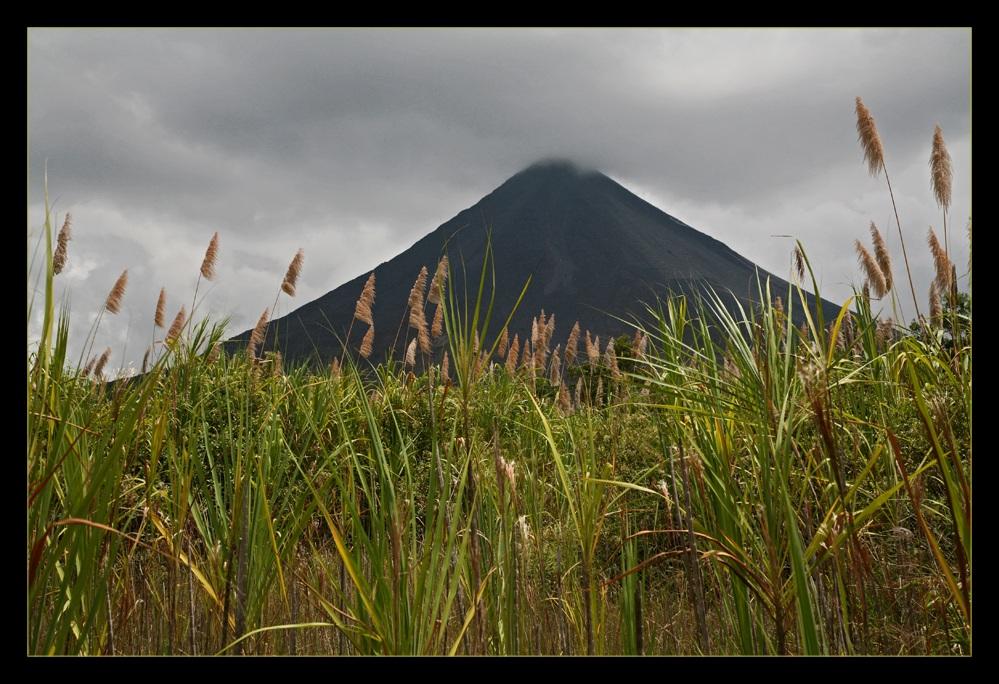 Vulkan Arenal mit Nebelhut ...