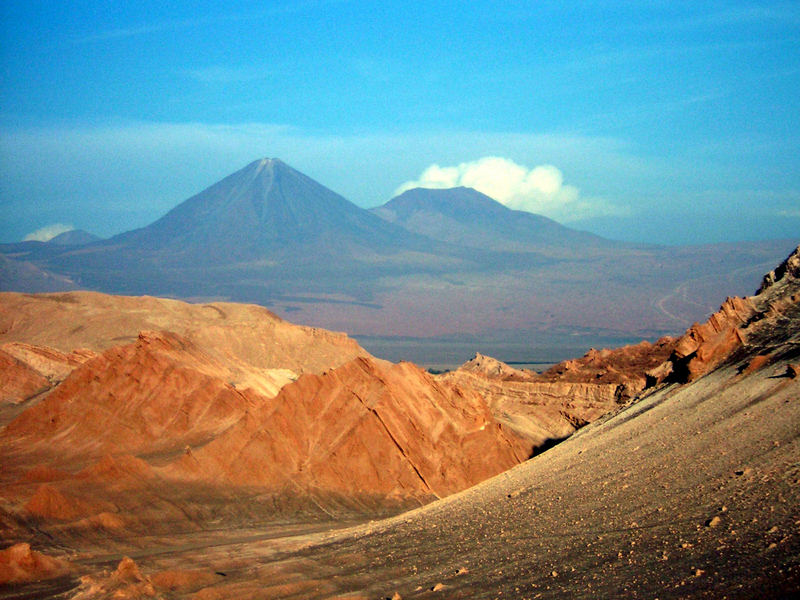 Vulkan Licancabur und das Valle de la Luna bei Sonnenuntergang