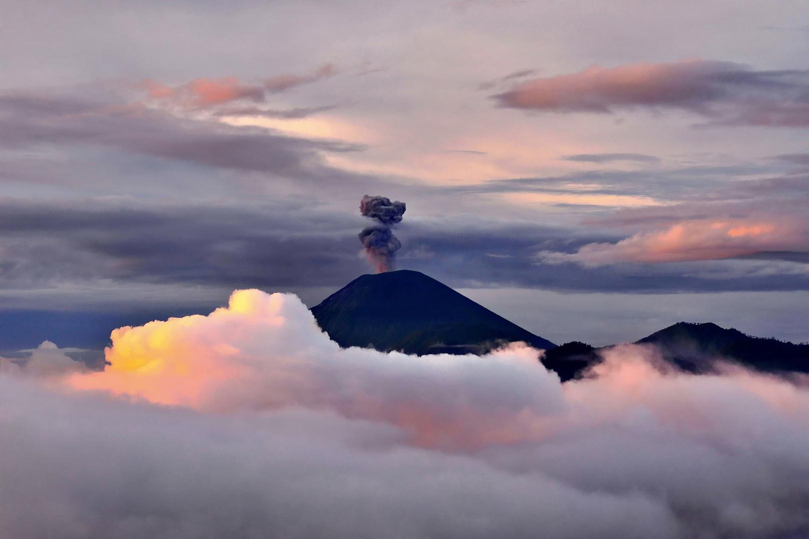 Vulkan Semeru im ersten Sonnenlicht