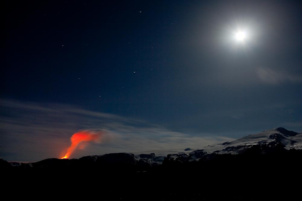 Vulkan und Mond über dem Fimmvörðuháls