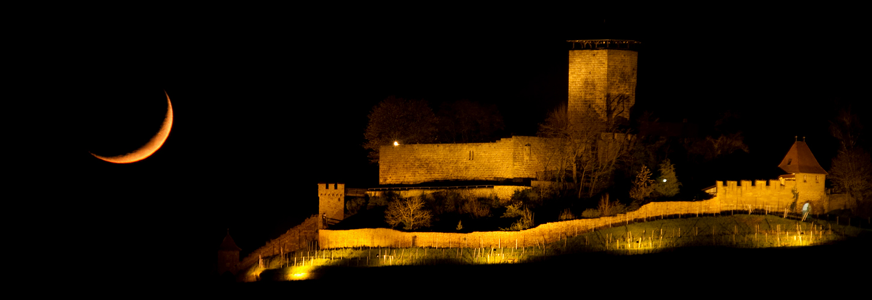 Vulkanasche vor Mond mit Burg