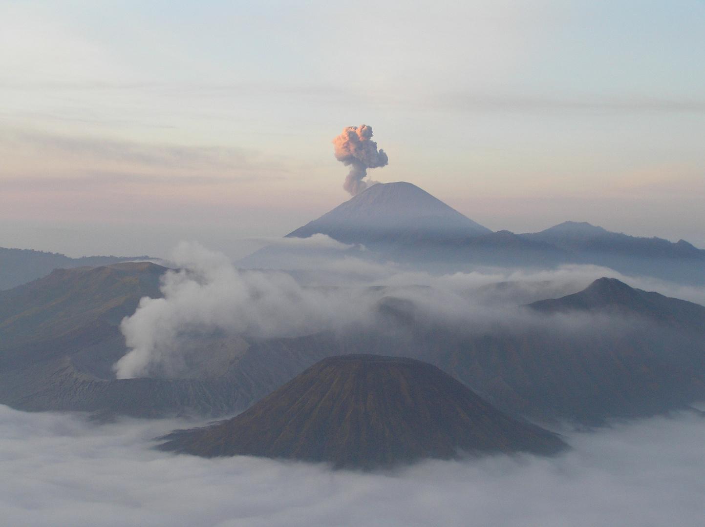 Vulkane im frühen Morgenlicht