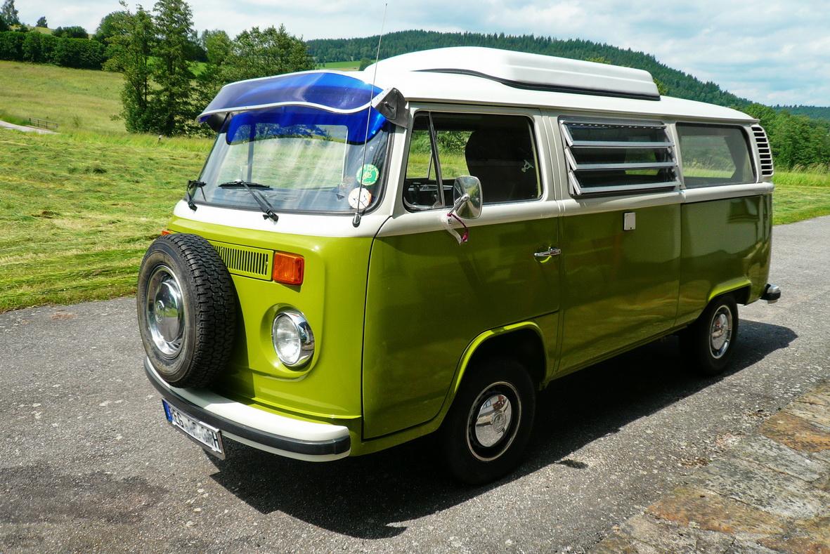 VW Bulli T2 in vollem Glanz