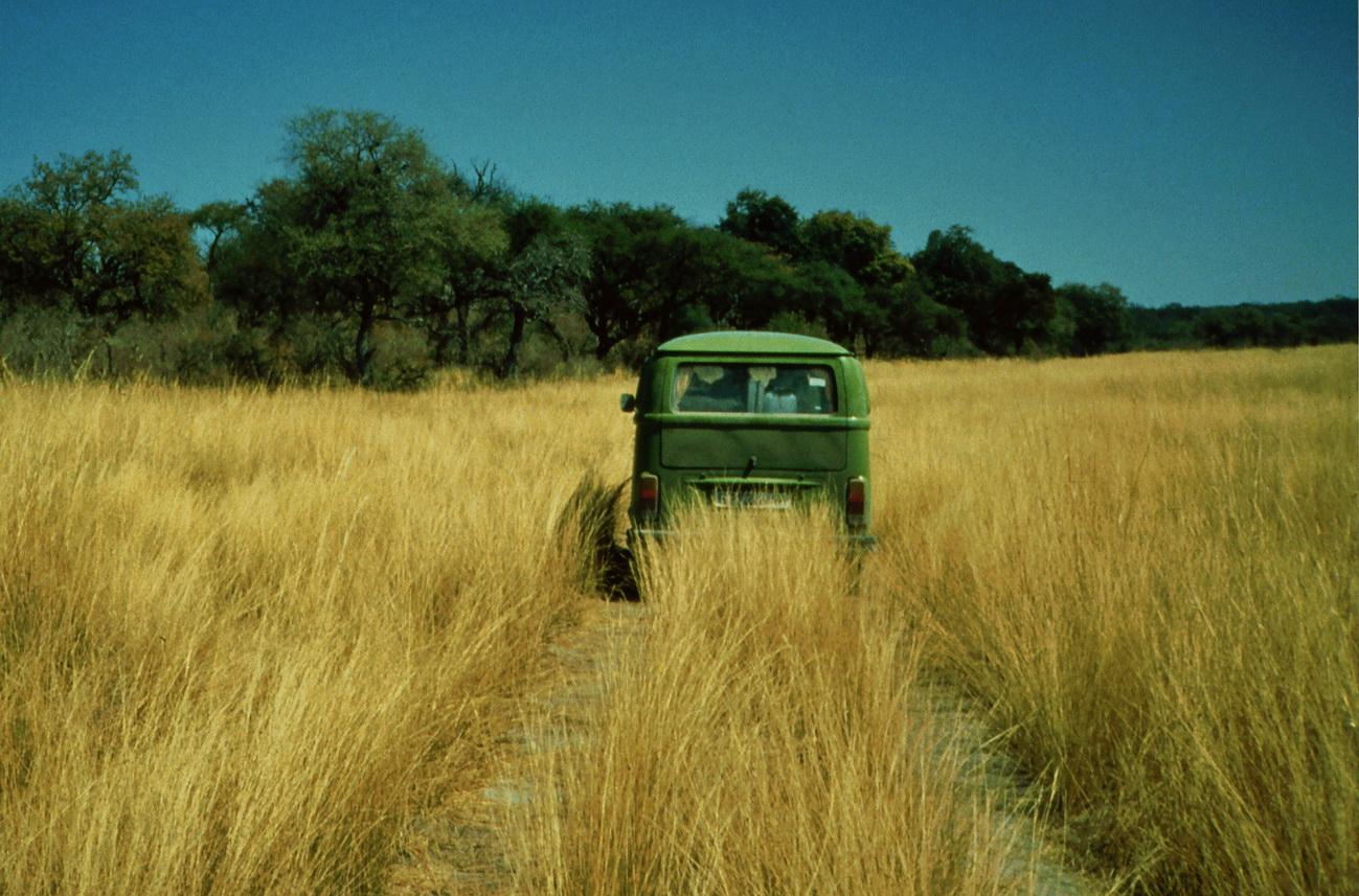VW-Bus im Busch - Afrikanische Unterbodenreinigung
