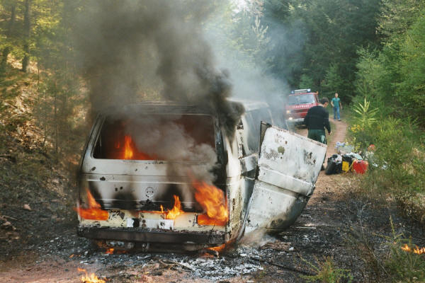 VW_Bus brennt in voller Ausdehnung