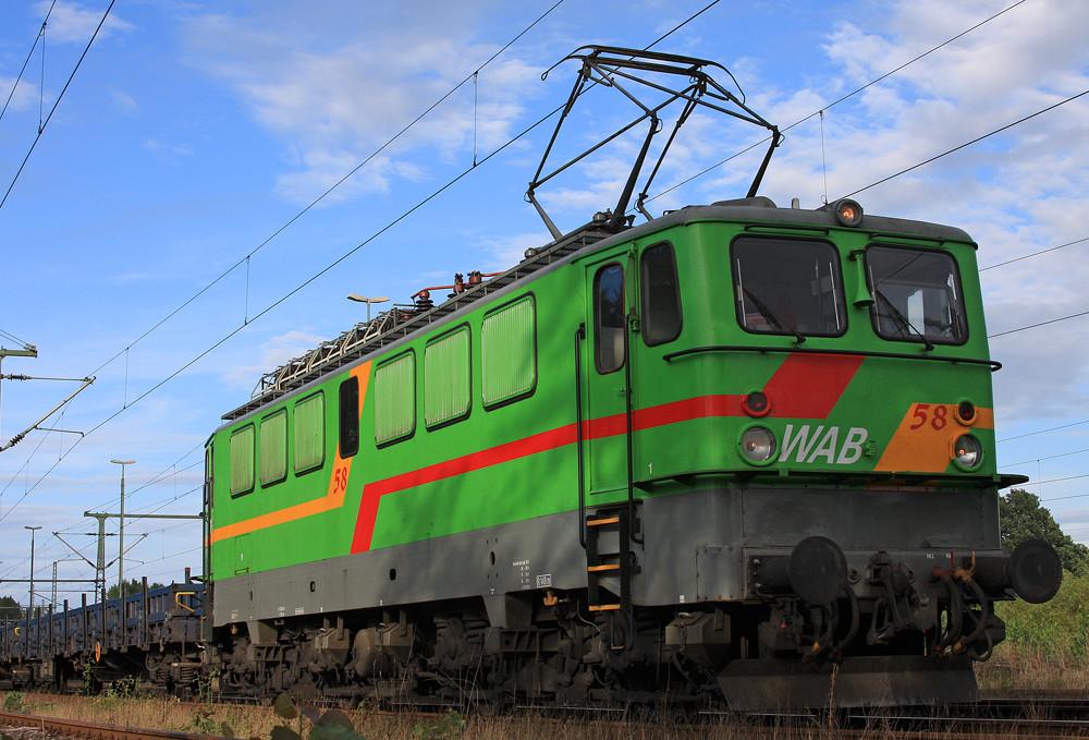 WAB 58 mit leerem Zementzug in Kiel-Meimersdorf.