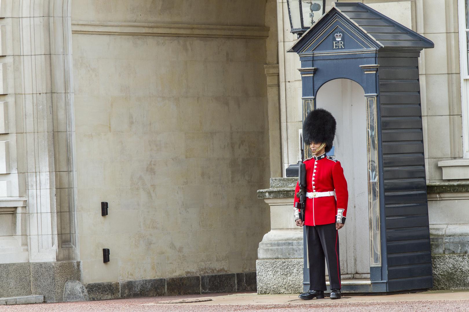 Wachposten am Buckingham Palace in London