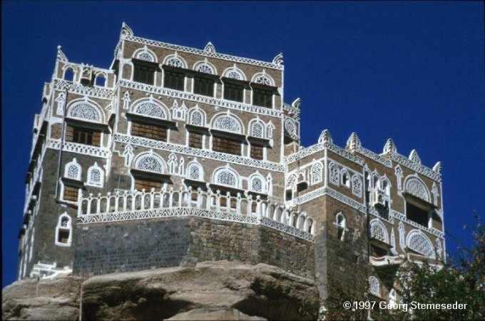 Wadi Dhar - der Felsenpalast des letzten Imam. Die braunen Mauern sind mit Gipsornamenten verziert.