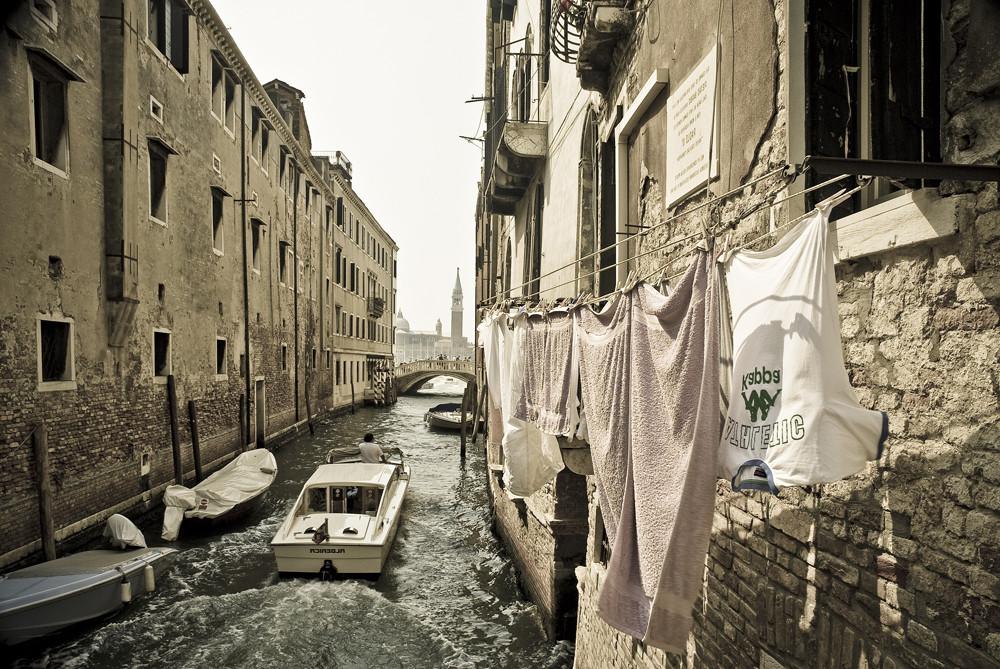 Wäsche über dem Kanal