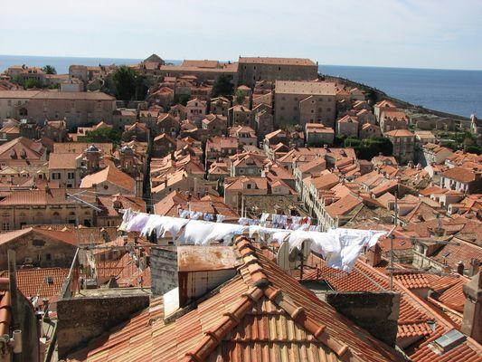 Wäsche über roten Dächern