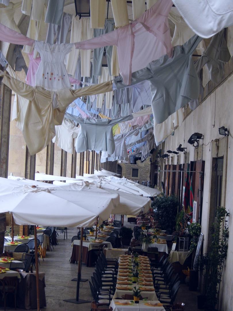 wäsche zum trocknen aufgehängt
