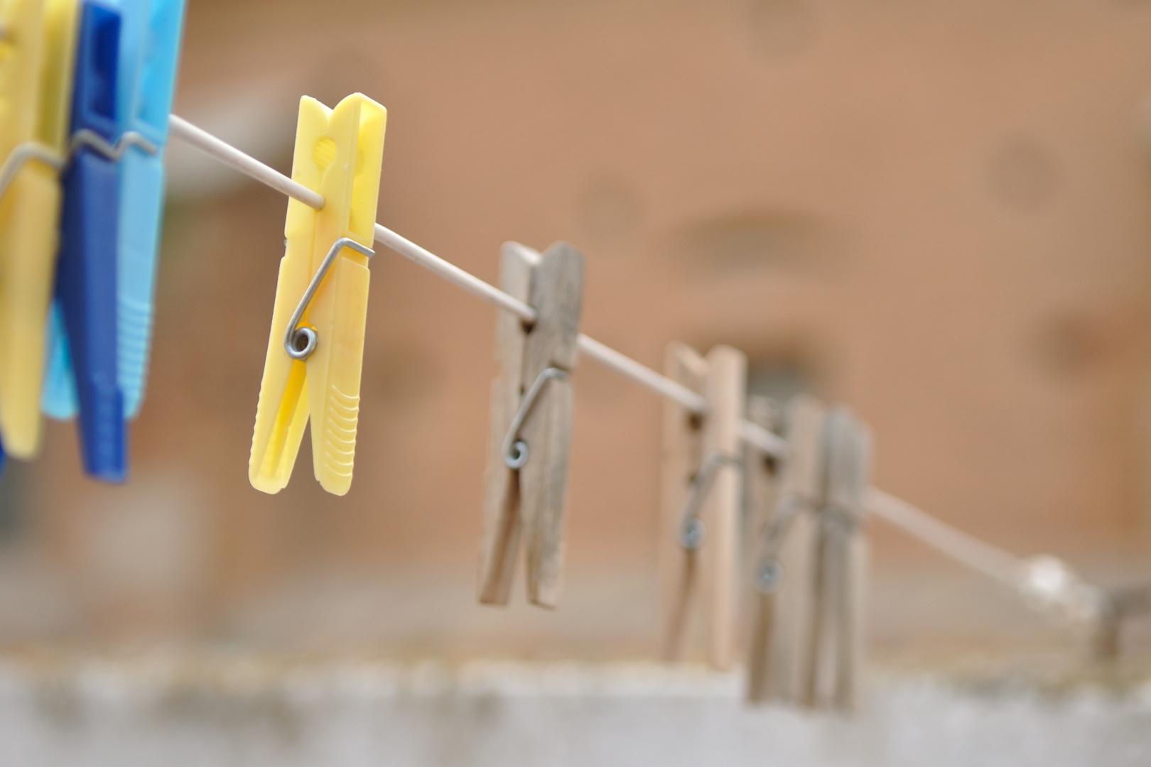 Wäscheleine hinter der Kirche
