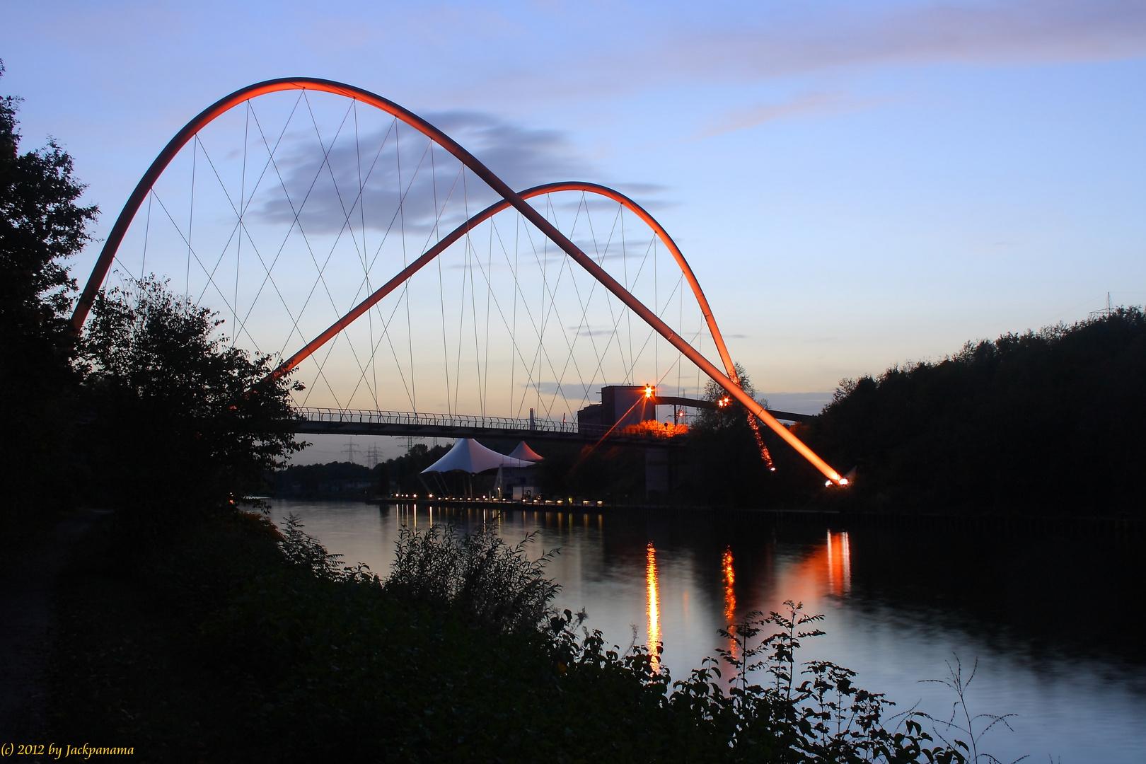 Wahrzeichen des Nordsternparks: Die Doppelbogenbrücke über den Rhein-Herne-Kanal