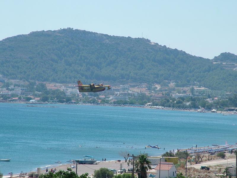 Waldbrandflugzeuge beim Auftanken