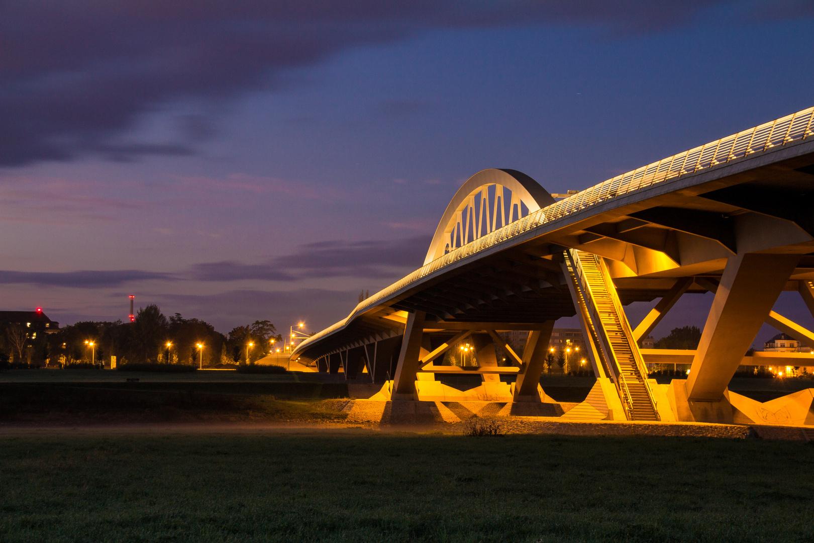 Waldschlösschenbrücke zur blauen Stunde