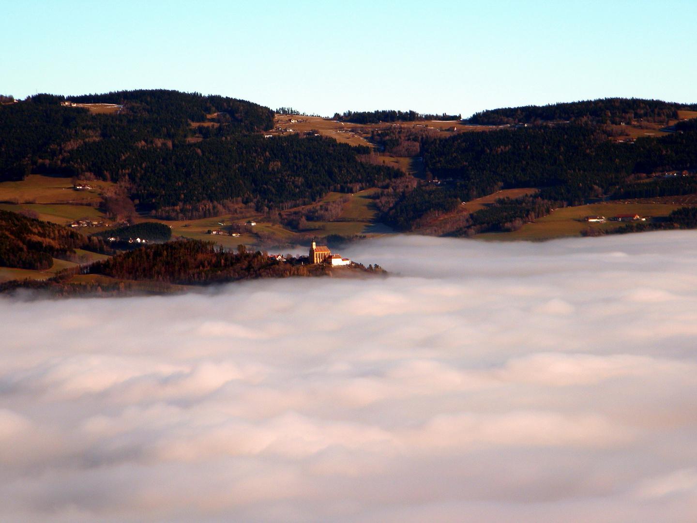 Wallfahrtskirche im Nebel