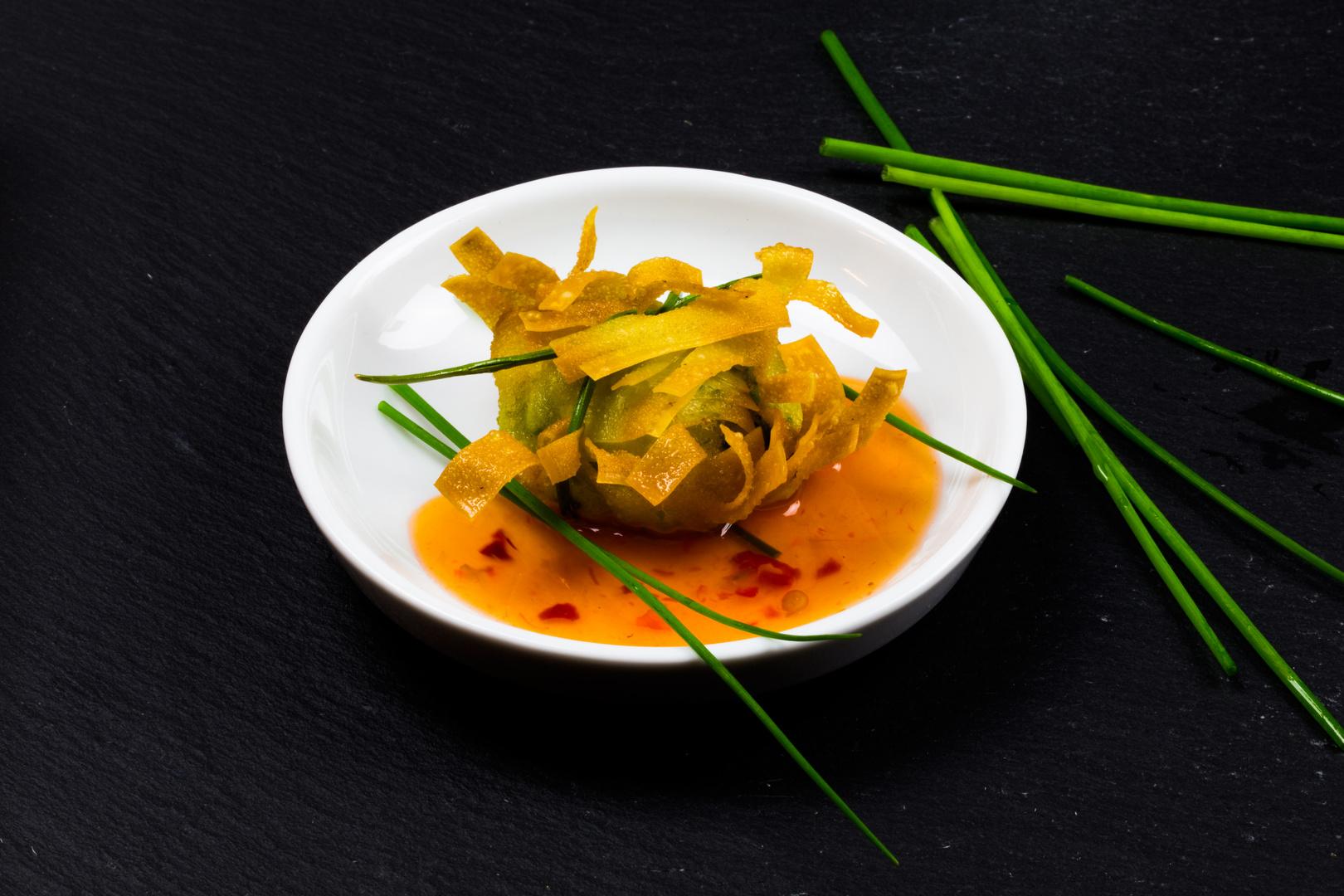 Wan Tan Nester mit Garnelenfarce gefüllt.