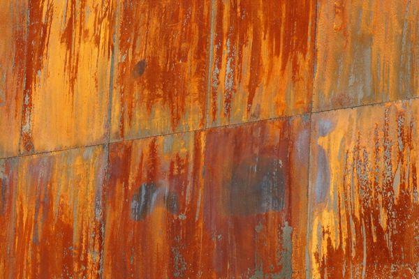 Wand aus Metallplatten