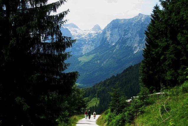 Wanderer zwischen den Bergen