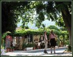 Wandern auf Samos: ein kühles Glas Götterwein in der Taverne