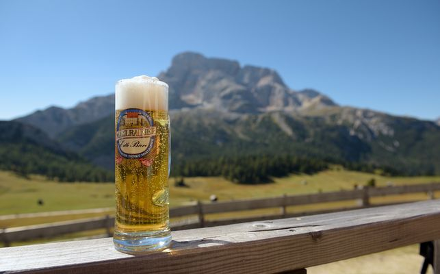 Wandern macht durstig, der Rainer trinkt ein MAXL RAINER. Ein...