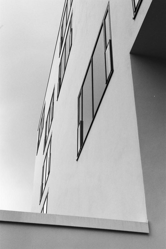 Wandfläche mit Fenstern