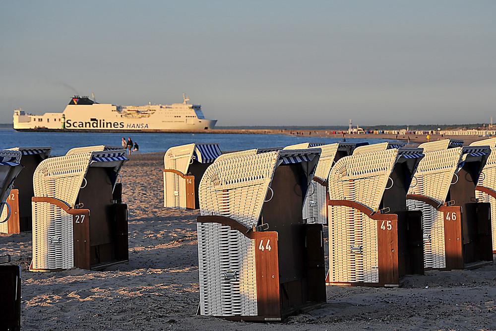 Warnemünde vom Strand aus gesehen