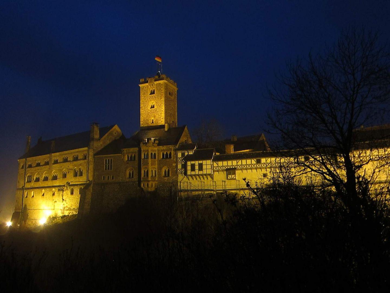 Wartburg bei Nacht und Regennebel