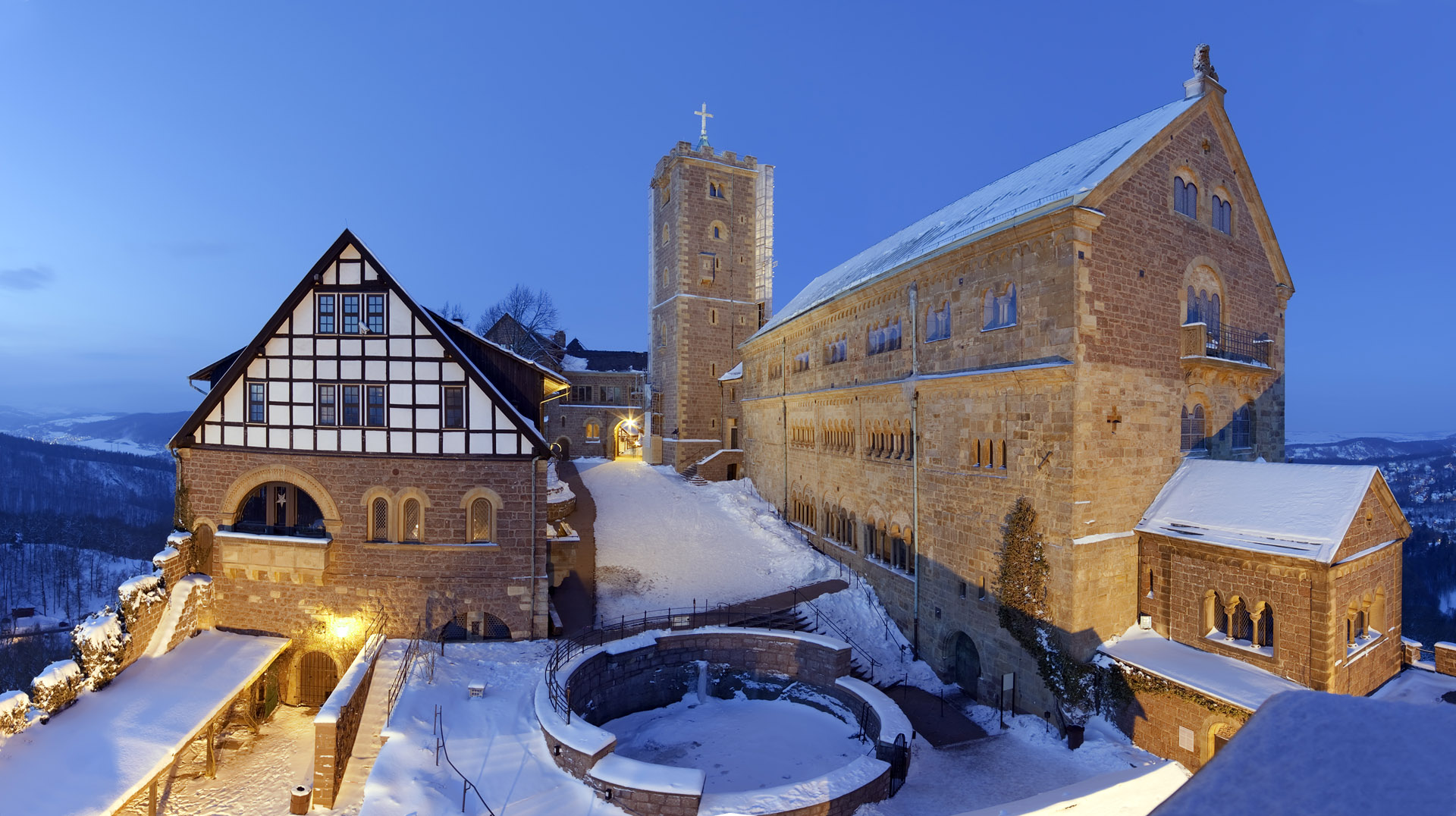 Wartburg im Winter beleuchtet Panorama HDR