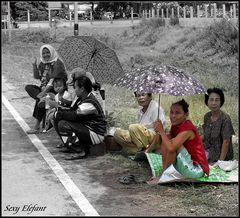 Warten am Straßenrand