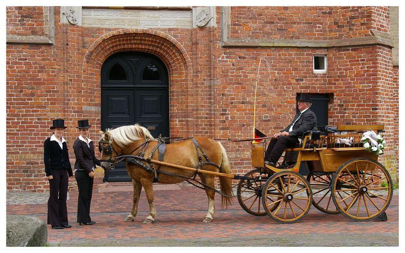 Warten auf das Hochzeitspaar.......