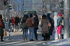 Warten auf den Bus in Tallinn