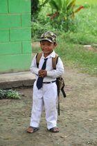 Warten auf den Schulbus in Nepal.