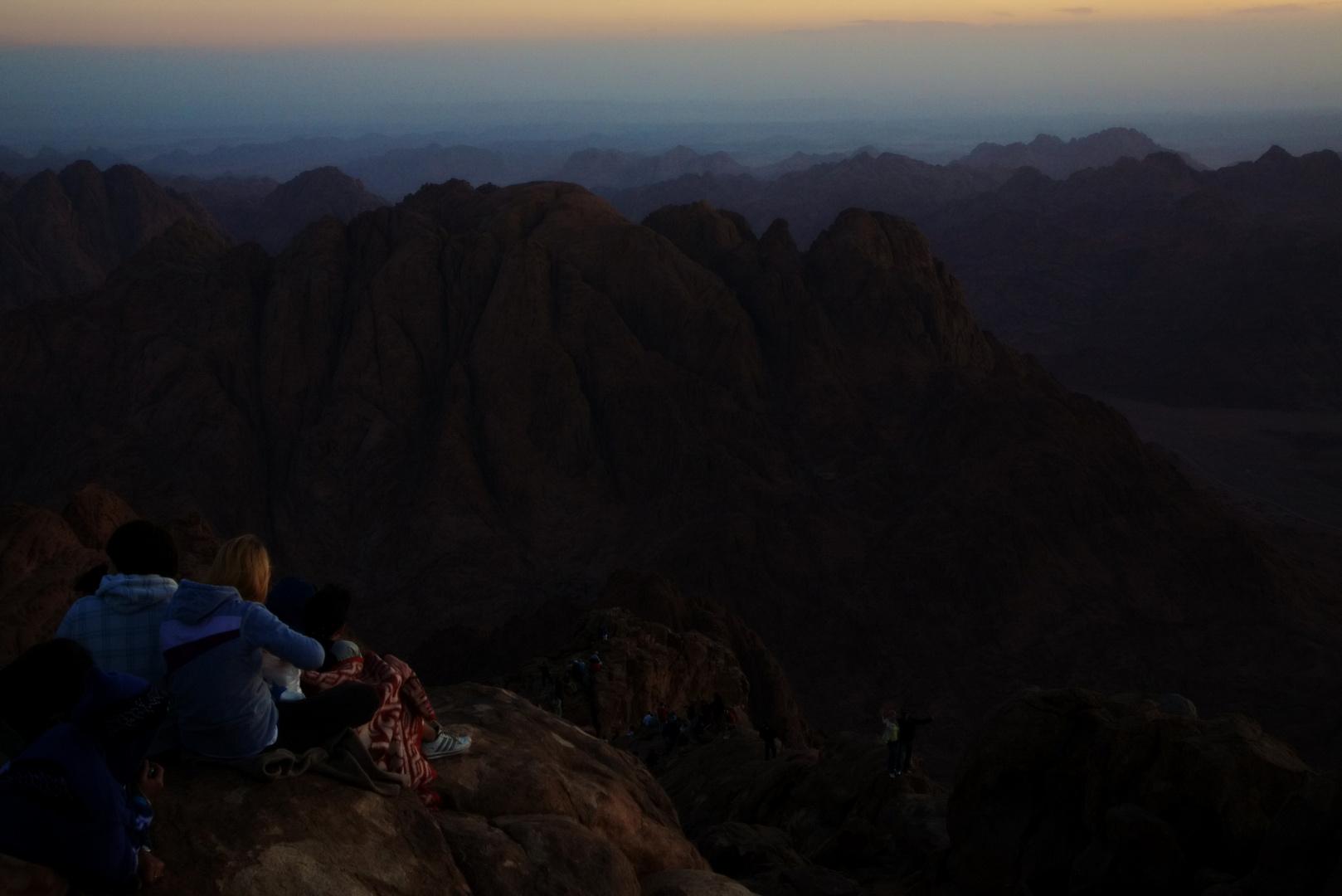 Warten auf den Sonnenaufgang auf dem Gipfel des Mosesberg, Sinai, Ägypten
