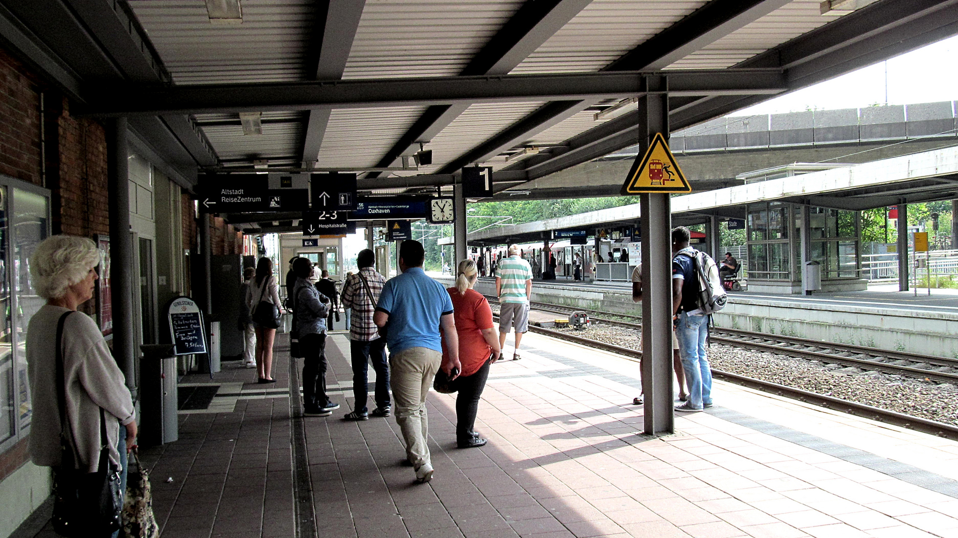 Warten auf den Zug .......... Richtung Cuxhaven !