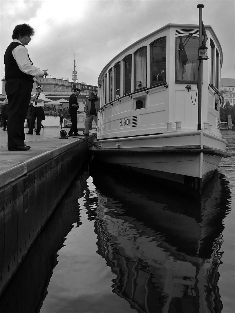 Warten auf die nächsten Gäste für die Alsterrundfahrt in Hamburg