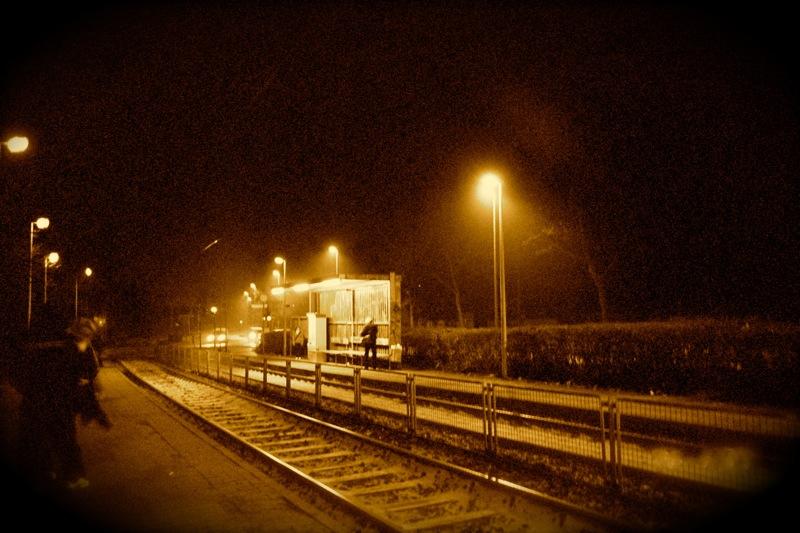 Warten auf U-Bahn im Schnee