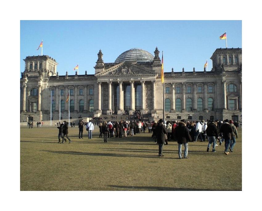 Warten vor dem Reichstag