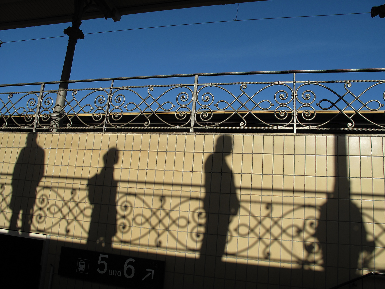 Wartende Reisende auf dem Bahnhof in Berlin-Wannsee.