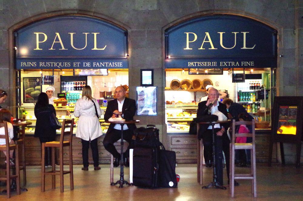 Wartendes Pärchen bei PAUL im Bahnhof Straßburg