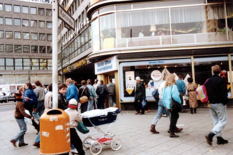 Warteschlange vor Beate Uhse 1990
