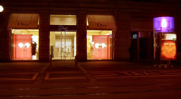 was ist edler? -Dior oder Telefonkabine....