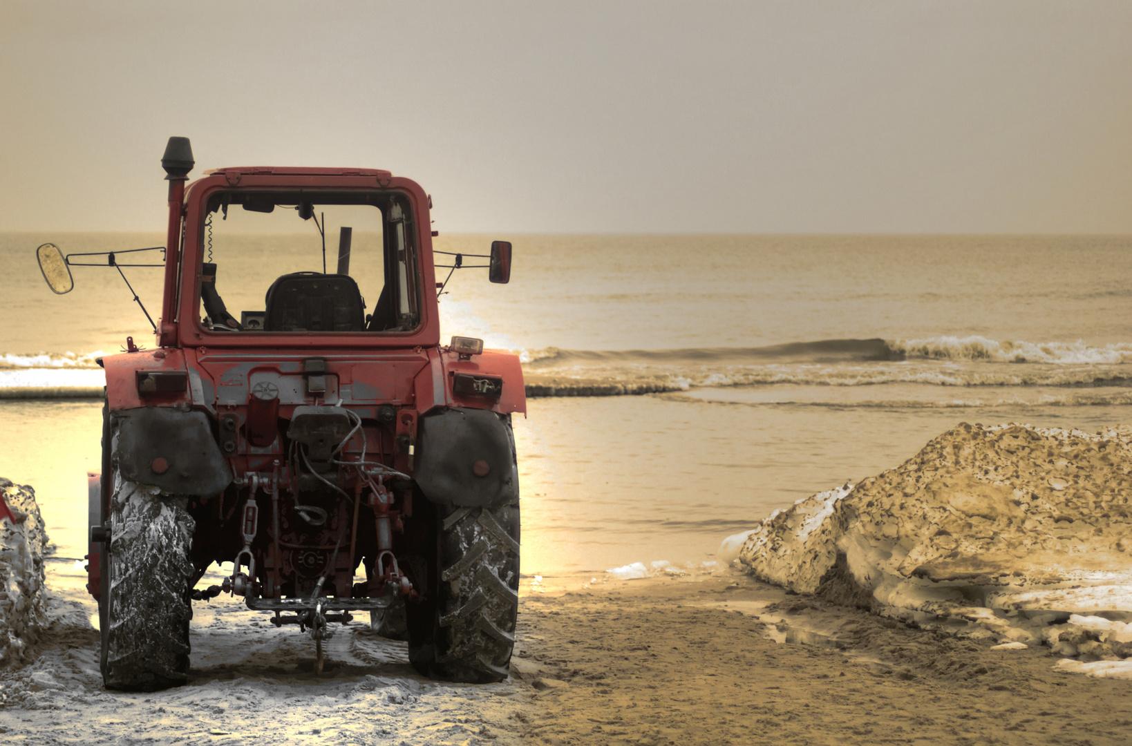 Was macht denn der Traktor am Strand?