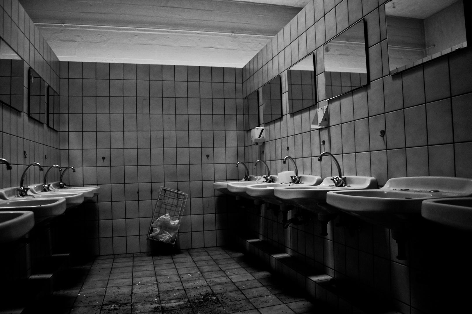 Waschbecken-Relikt der versagten Weiternutzung