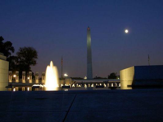 """Washington Monument im """"Schatten"""" des World War II Monuments"""